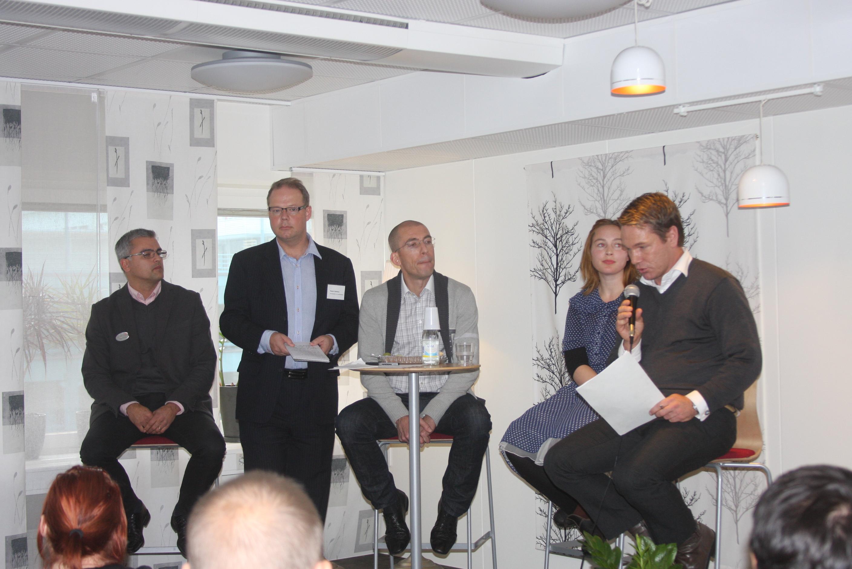 Robert Hultman modererar paneldebatt i Örebro