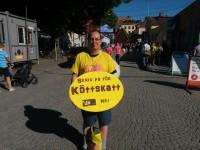 """En man med plakat med texten """"Skriv på för köttskatt"""""""
