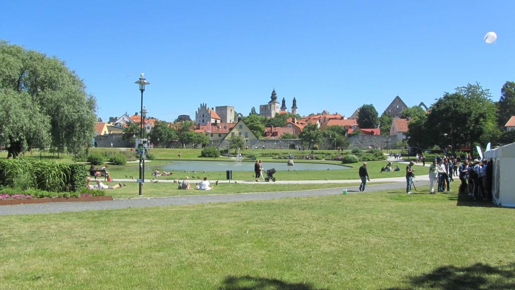 Almedalen. Parken med dammen och stadsmuren i bakgrunden
